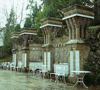 El_Capricho_Jardi_posterior__jardineres_Cantabria-Spain