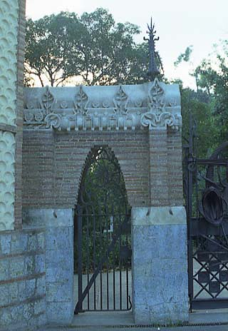 G Pavellons Guell Porta lateral