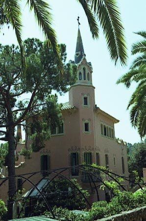 G_Park_Guell_Casa_Gaudi_vista_general_primer_pla