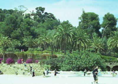 G_Park_Guell_Gran_placa_vista_cap_a_muntanya_2