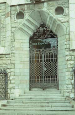 Gaudi Casa Botines Porta