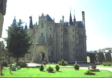 Gaudi_Palau_episcopal_Astorga_Vista_general