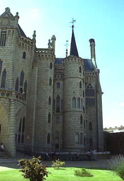 Gaudi_Palau_episcopal_Astorga_lat_dret