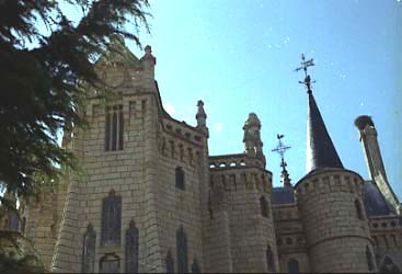 Gaudi_Palau_episcopal_Astorga_lat_dret_3