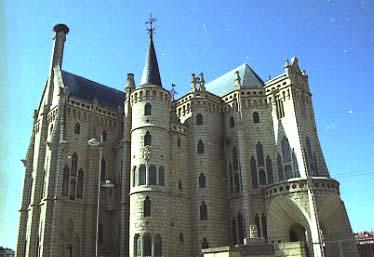 Gaudi_Palau_episcopal_Astorga_lat_esq