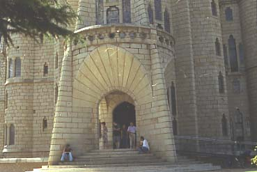 Gaudi_Palau_episcopal_Astorga_portic