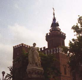 DiM Castell dels tres dragons i estatua La Industria