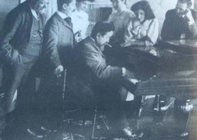 Museu Albeniz Albeniz tocant amb amics